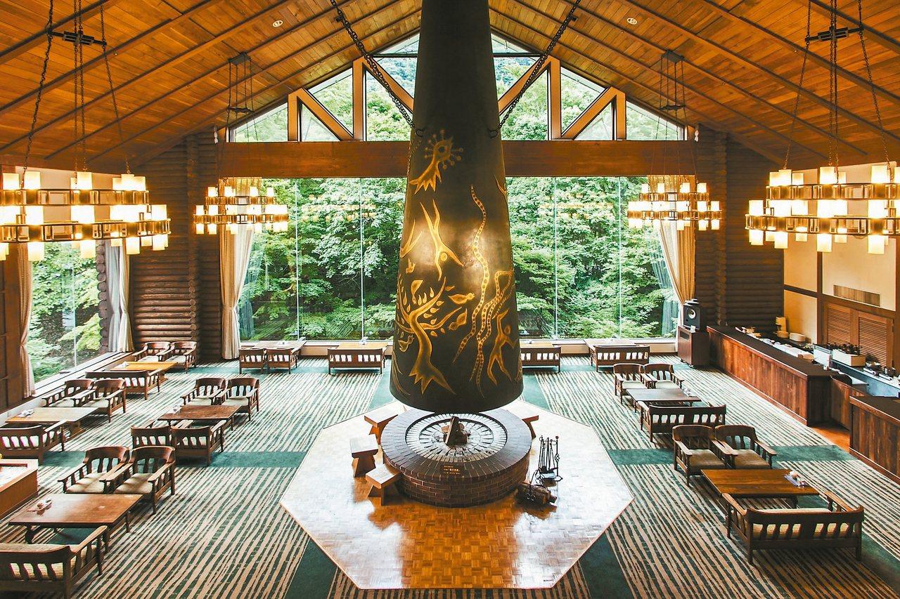 碩大銅雕「森之神話」是奧入瀨溪流旅館的鎮館之寶。 記者錢欽青/攝影 圖/業者提供