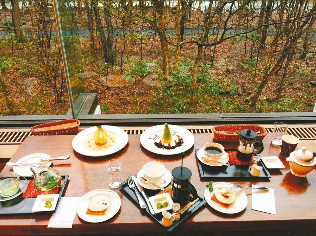 在奧入瀨溪流的大廳享用蘋果主題下午茶,相當享受。 記者錢欽青/攝影 圖/業者提供