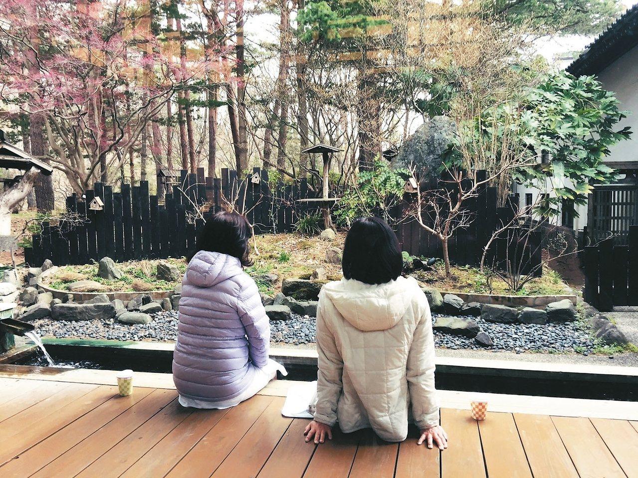 青森屋的遊客愜意地泡著足湯。 記者錢欽青/攝影 圖/業者提供