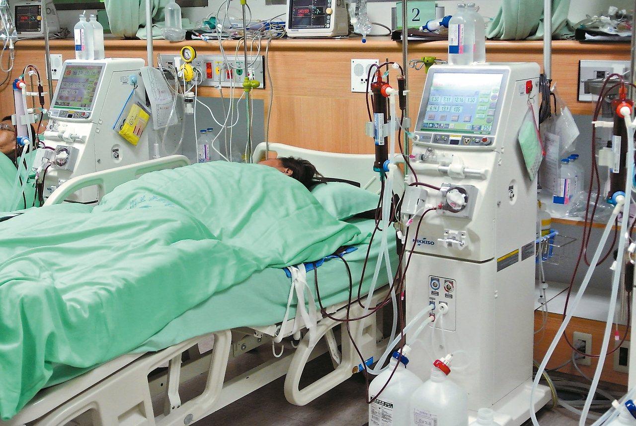 洗腎每年約花費健保支出六百億元,但醫學期刊「刺胳針」發布評比,指國內慢性腎臟病醫...
