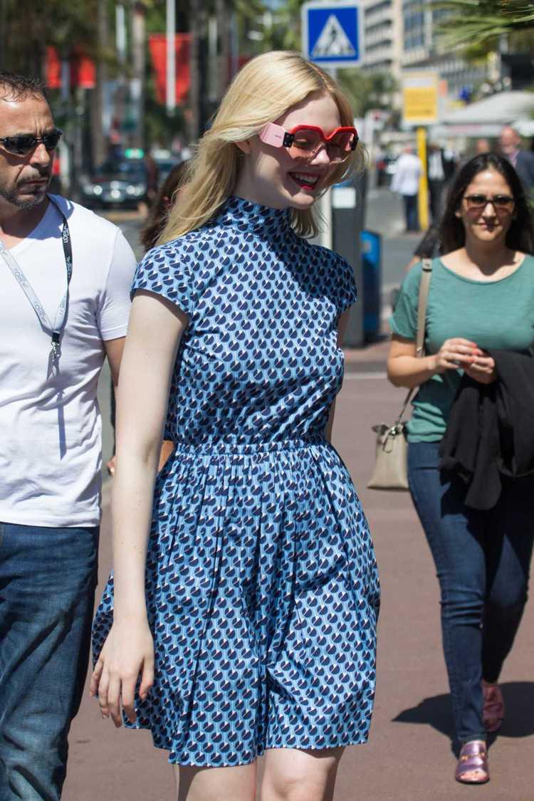 艾兒芬妮日前穿了MIU MIU淺藍色印花小洋裝。圖/摘自FamousFix