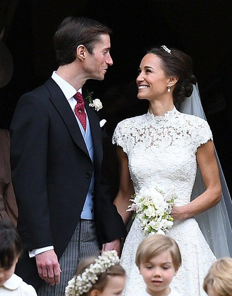 琵琶米道頓的妝容在婚禮上展現自然光采。圖/翻攝自E! News官網