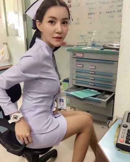 泰國1名護士因為一張自拍照上傳臉書後,並希望護士姐妹們不要和軍警交往,引發網友議...