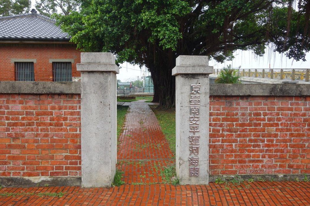 台南運河海關見證了安平港的歷史興衰,昔日的舊明信片讓人遙想古早安平風情。