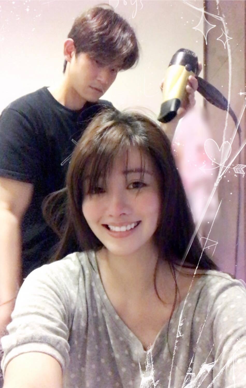 陳乃榮(後)幫老婆賴琳恩(前)吹頭髮。 圖/擷自賴琳恩臉書