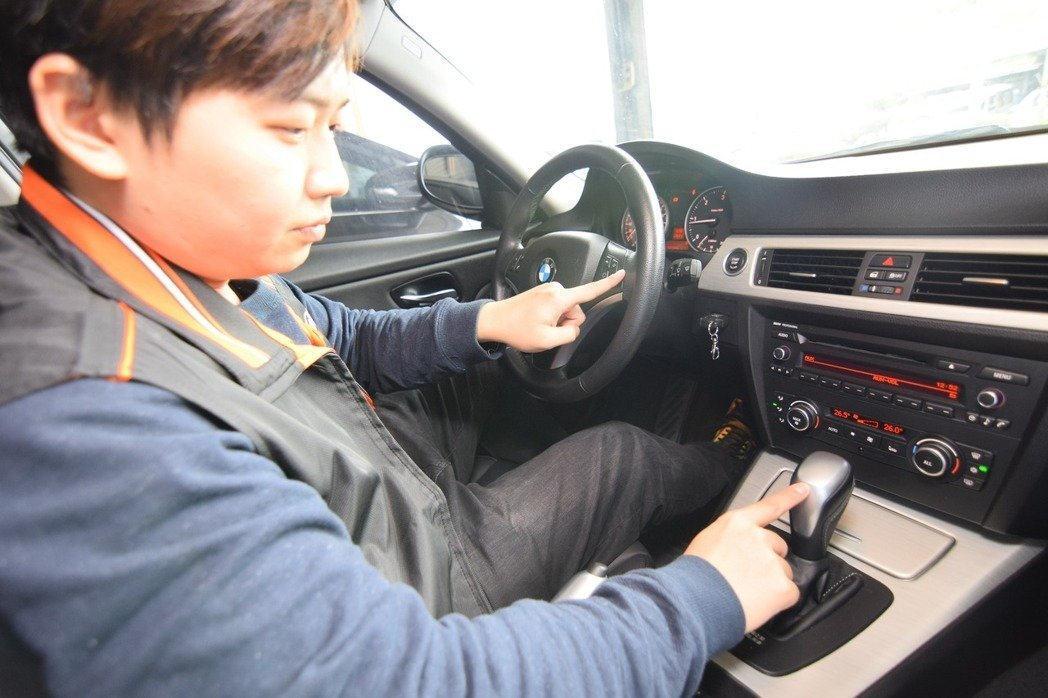 日榮汽車店長梁子謙建議,可以從椅子塌陷、方向盤、排檔桿頭磨損狀況來分辨車輛使用的狀況。 圖/梁子謙提供