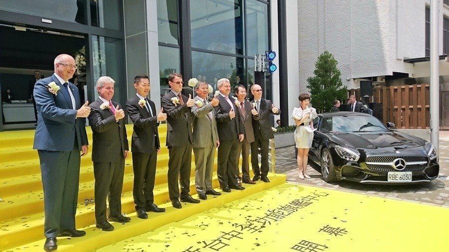 台灣賓士總裁邁爾肯與經銷商中彰賓士主管共同剪綵,為中部的豪華車市場大戰揭開序幕。 記者趙惠群/攝影