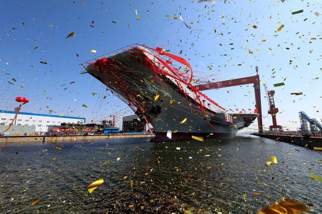 中國首艘國產航空母艦001A,在上個月(4月26日)正式下水。 圖/美聯社
