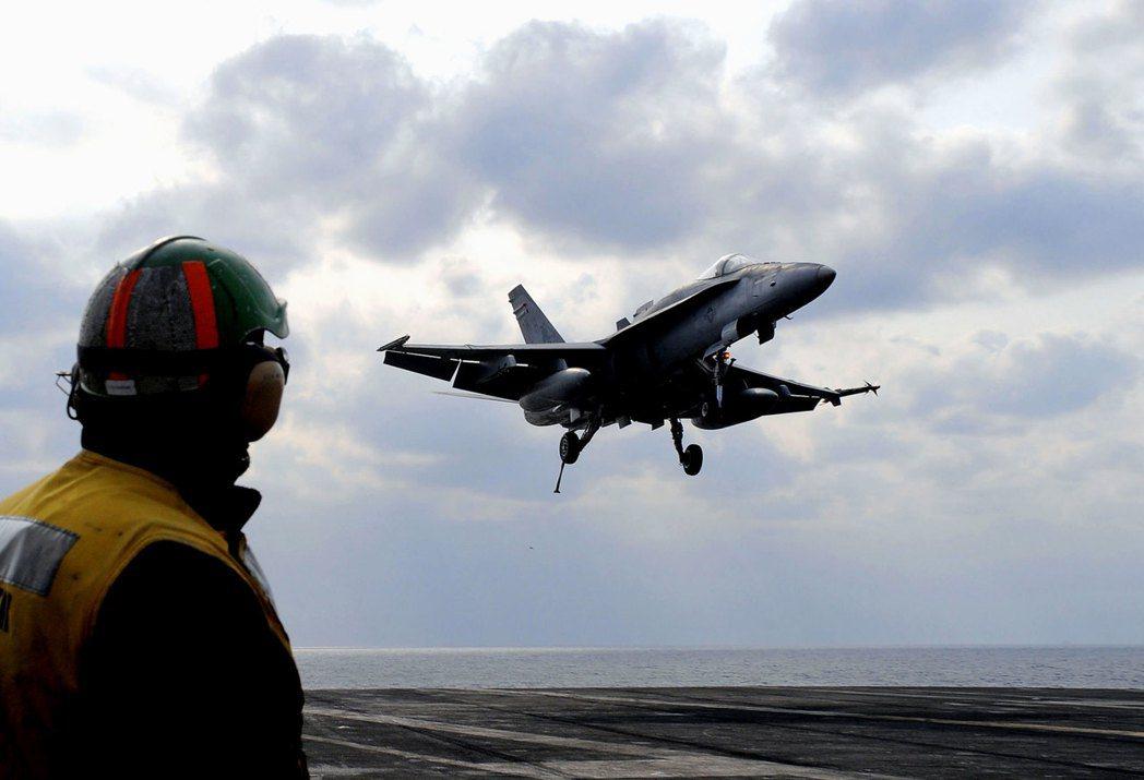 美國的F/A-18E/F戰機(圖),正與法國的飆風M型戰機,和瑞典專的「獅鷲」戰...