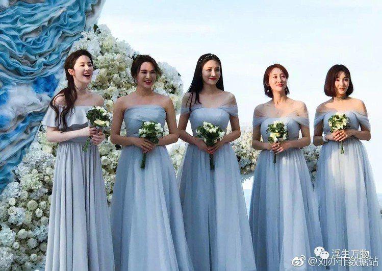 大陸女星劉亦菲(中)擔任大陸演員周揚的伴娘。圖/擷自微博