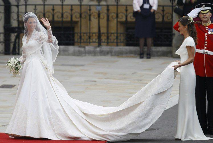 琵琶密道頓(右)在姊姊凱特(左)2011年4月29日的婚禮上擔任伴娘,引起媒體注...