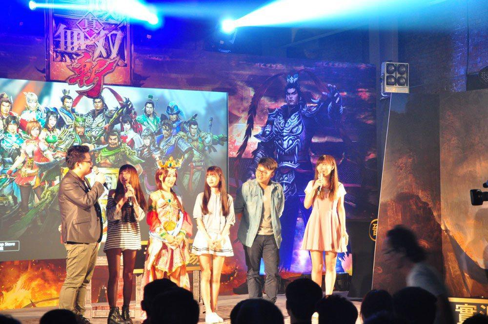 《真三國無雙・斬》華山實況主同樂會現場來賓與玩家們一齊同樂,氣氛十分歡馨愉快。 ...