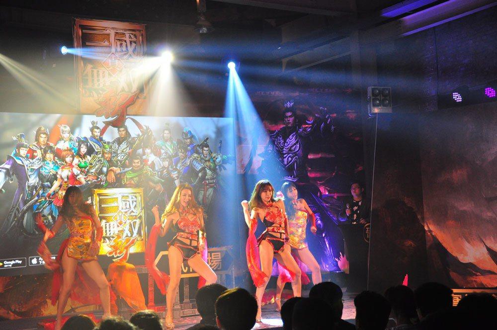 Luxy girls開場表演秀。