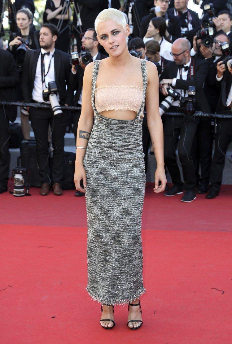 克莉絲汀史都華穿著香奈兒2017/18Cruise度假系列的吊帶長裙搭小可愛,平...