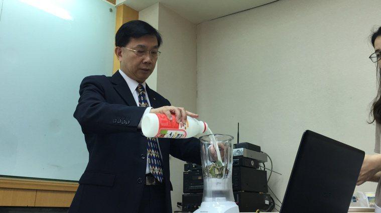 台灣食品科學技術學會國際交流委員會召集人王進崑把綠香蕉皮切片,丟入果汁機內與鮮奶...