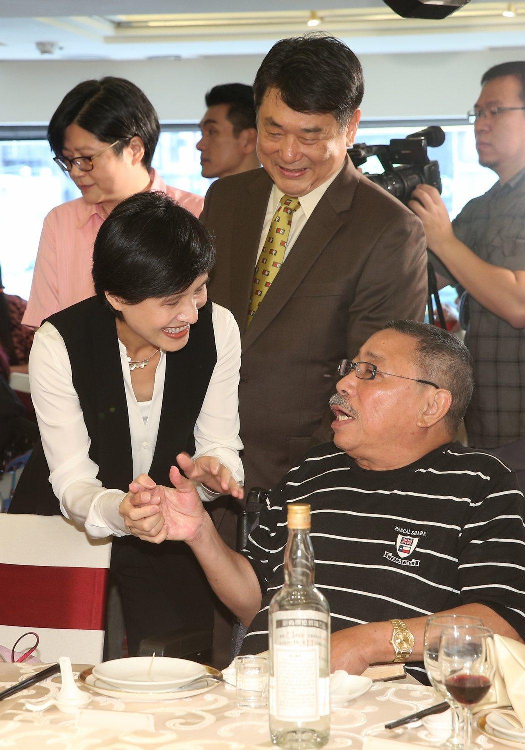文化部長鄭麗君(左)與陳松勇(右)互祝佳節愉快。記者陳立凱/攝影