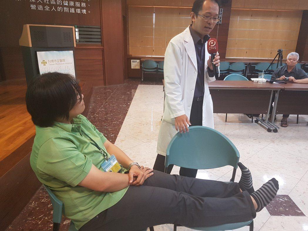 台南市立醫院家醫科醫師侯盈仲教導改善下肢靜脈曲張的腳板運動。 記者修瑞瑩/攝影