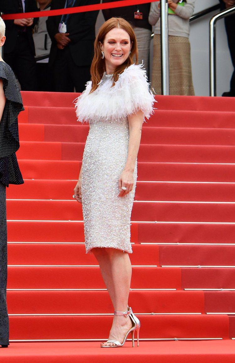 茱莉安摩爾穿著香奈兒2017春夏高級訂製羽飾與白色荷葉波浪設計淺灰色洋裝現身主演...