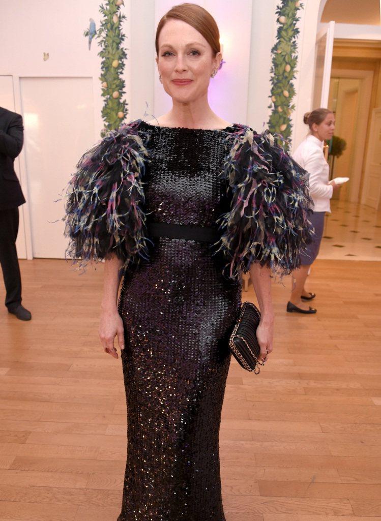茱莉安摩爾穿著香奈兒2016/17 Cruise度假系列黑色刺繡袖口裝飾彩色羽毛...