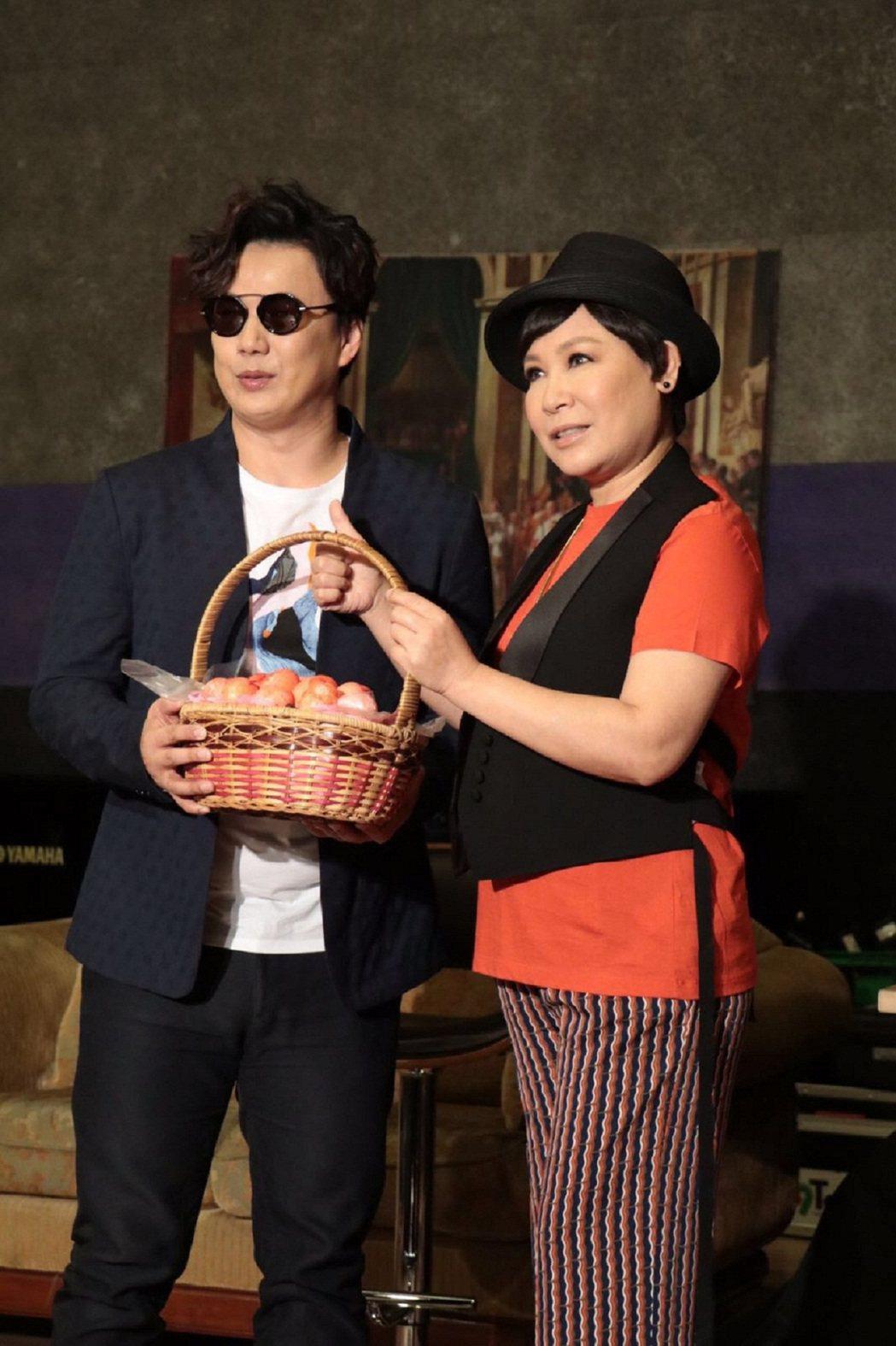 黃小琥(右)22日進行最後一次練團,師弟蕭煌奇特別送來紅蛋。圖/寬宏藝術提供