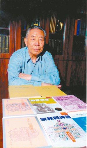 李亦園和他的著作。 戴映萱.圖片提供