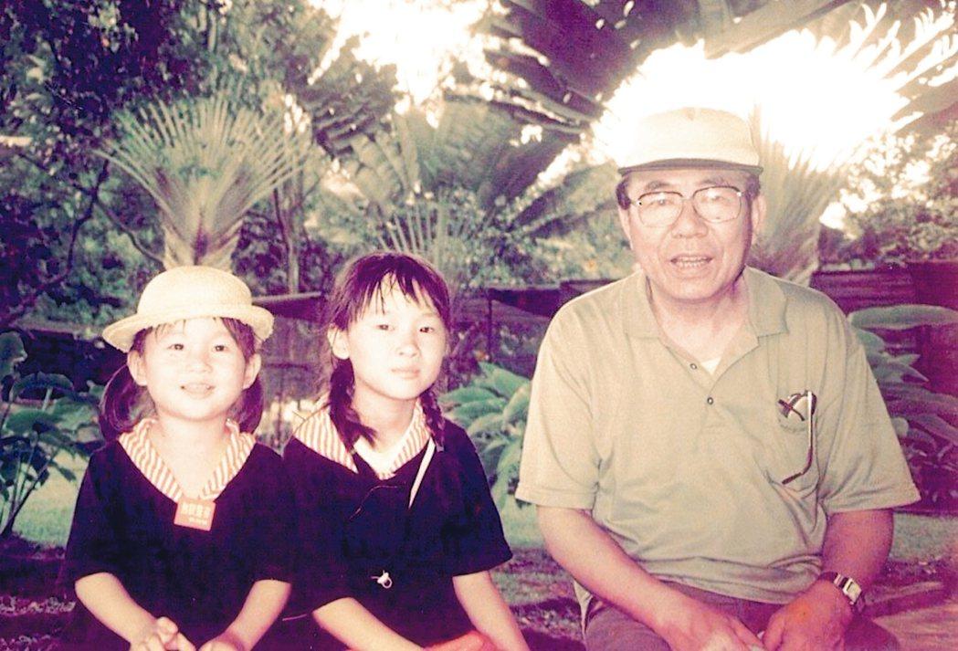 李亦園(右起)和外孫女映蘅、映萱同遊新加坡。 戴映萱.圖片提供