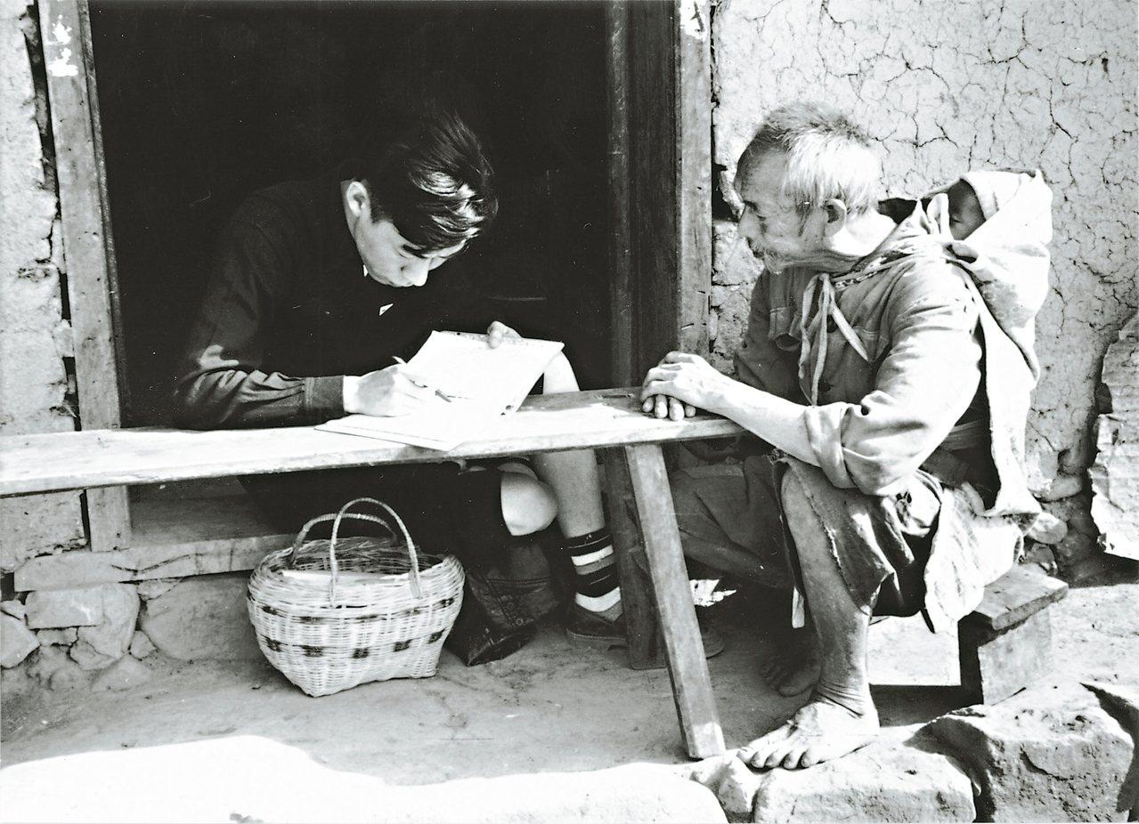 人類學家李亦園(左)在田野調查,時常鼓勵學生參與其中。 戴映萱.圖片提供