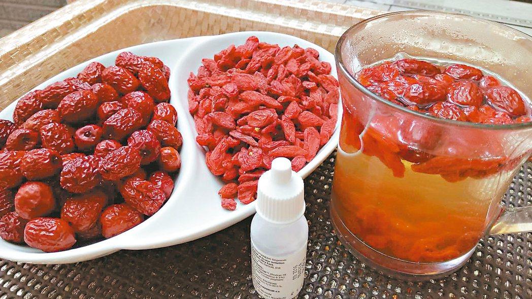 隨身攜帶人工淚液和沖泡紅棗枸杞茶,更是日常不可或缺。 圖╱郎英(台中市)
