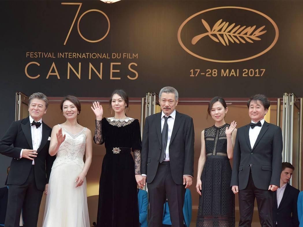 女星金敏喜(左三)與導演洪尚秀(左四)牽手走紅毯。 圖/擷自官方臉書