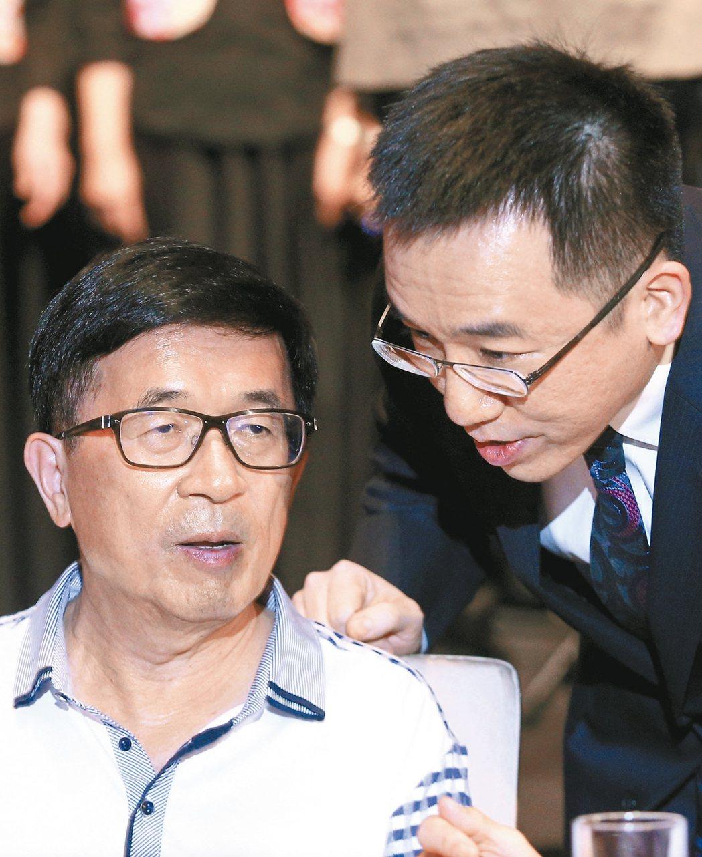 前總統陳水扁(左)日前在兒子陳致中(右)陪同下進入凱達格蘭基金會舉辦的12週年感...
