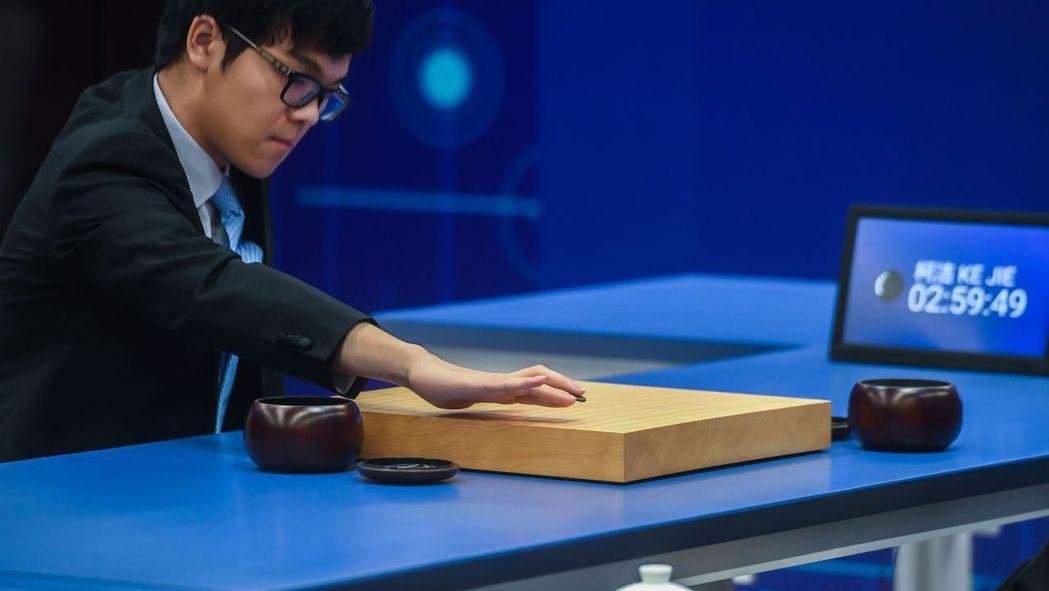號稱「人腦最後一戰」的大陸圍棋棋手柯潔對決AlphaGo。 新華社
