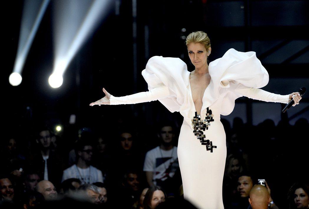 席琳狄翁在美國告示牌音樂獎頒獎典禮上,重唱冠軍名曲,電影「鐵達尼號」主題曲My