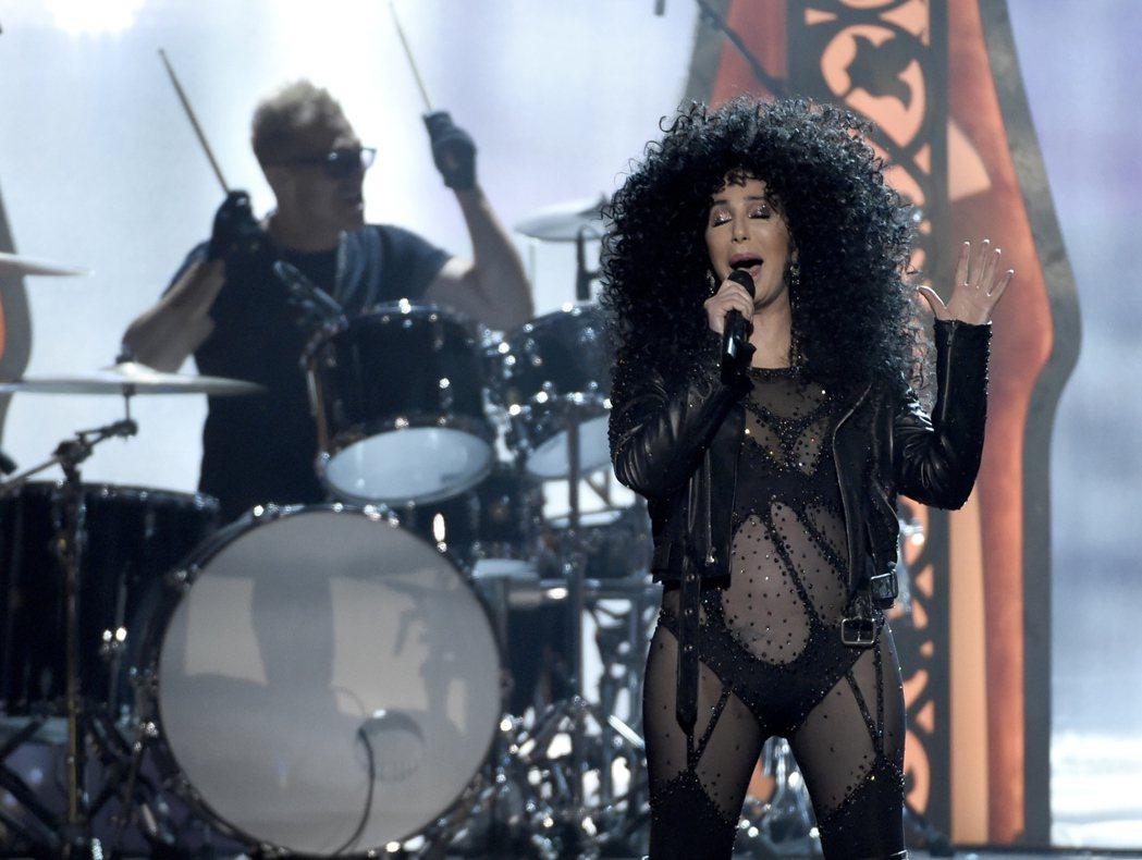 資深女星雪兒,出席告示牌音樂獎頒獎典禮領獎,以1980年代曾引爆話題的黑色透明薄