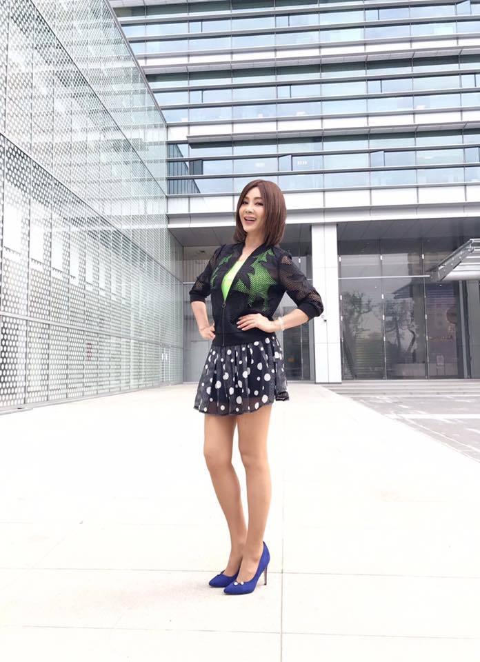 陳美鳳今早曬出自己工作照,讓她自己也不好意思地說:「這裙子會不會太⋯短啦」。 圖...