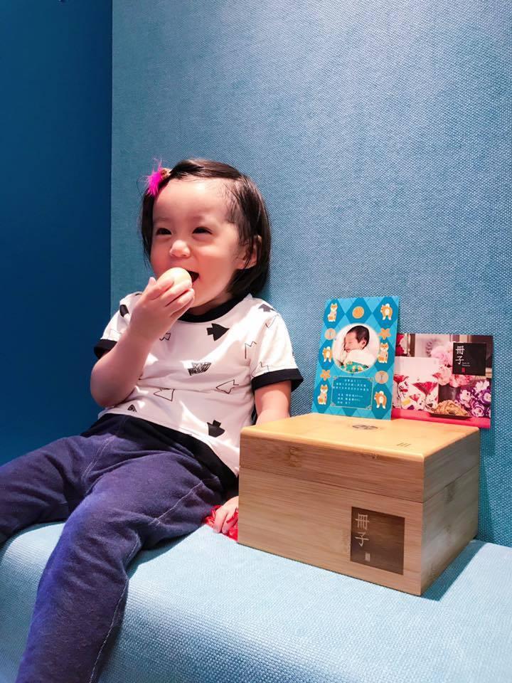 咘咘收到勁寶的滿月禮盒。 圖/擷自Ella臉書