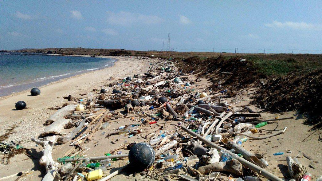 澎湖名列「世界最美麗海灣」,沿海卻常見垃圾,是一大諷刺,圖為望安淨灘發現的垃圾。...