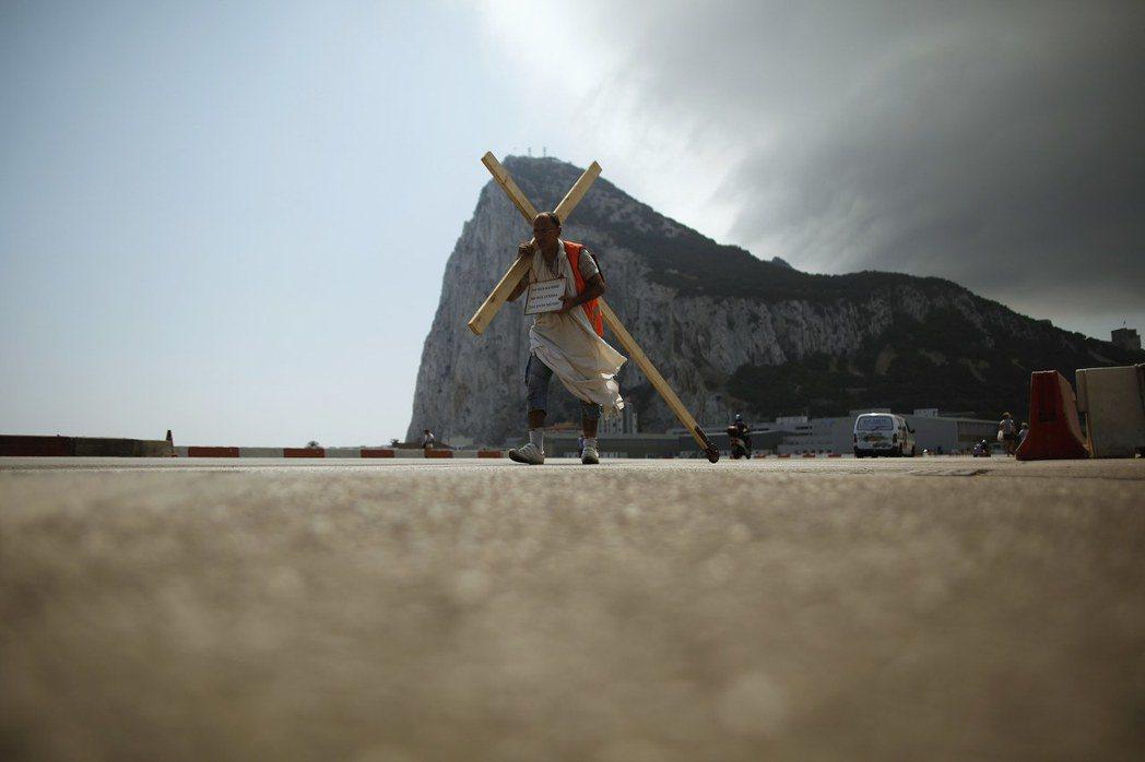 直布羅陀因脫歐風波而被捲進英西歐三方的脫歐戰壕裡,其人民的未來有如站在陡岩峭壁。...