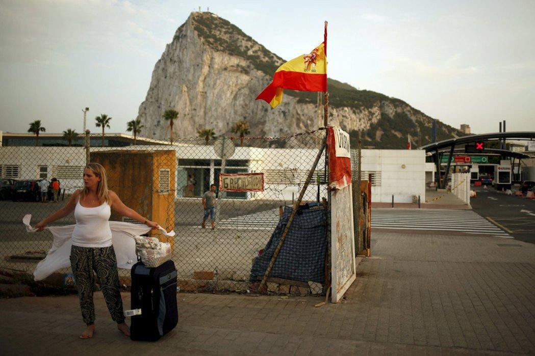 根據數據,有一半的直布羅陀勞動人口,為了工作,每天往返西班牙-直布羅陀邊境。...