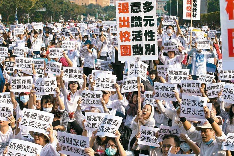 台灣已通過自學的相關法令,若對學校教育不放心,家長有權帶回自學,或請教會負責到底...
