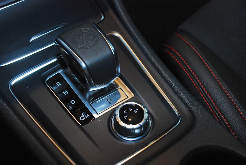 Mercedes-AMG GLA 45 4MATIC排檔桿。記者林昱丞/攝影