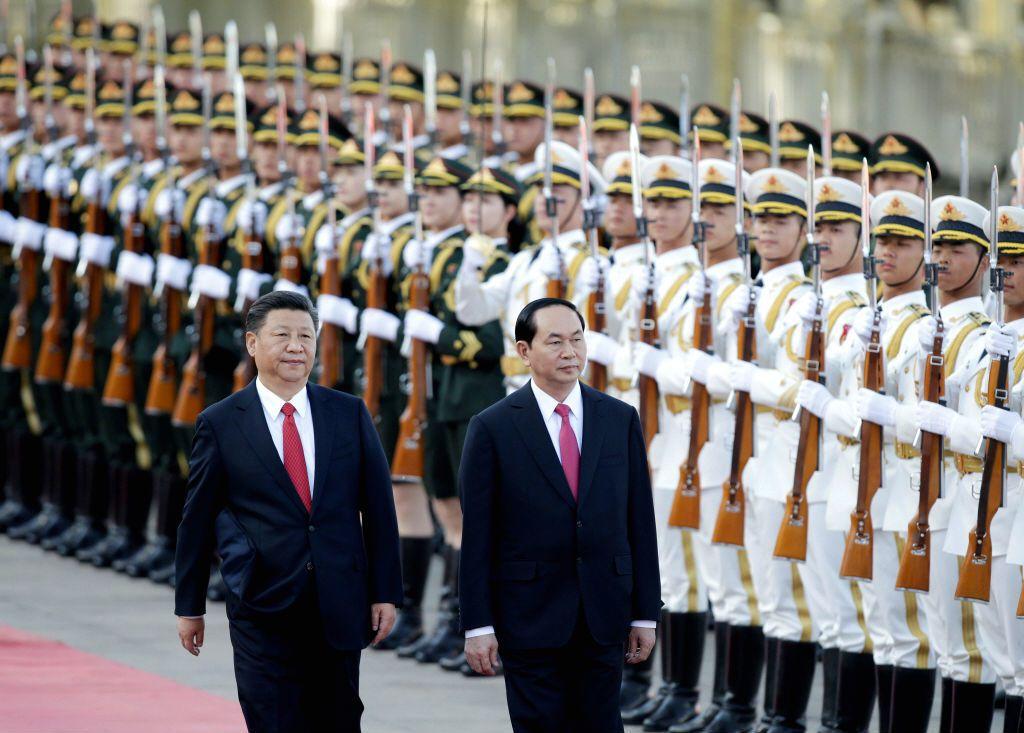 中國國家主席習近平(左)歡迎越南國家主席陳大光(右)至北京參加「一帶一路國際合作高峰論壇」。 圖/路透社