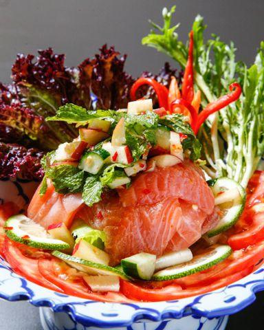 夏季新菜,用檸檬與魚露調味的「泰式涼拌鮮鮭魚」。
