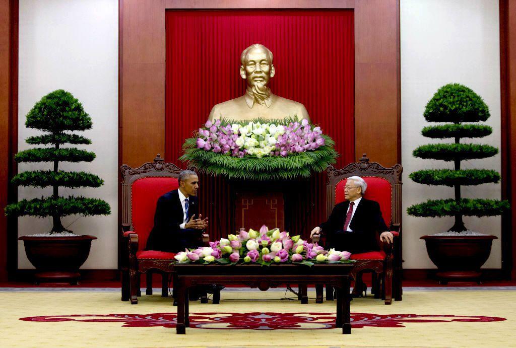 考量越南在南海與東亞的整體利益,親中的黨總書記阮富仲(右)在2016年接受了時任美國總統歐巴馬(左)的訪問,為越戰結束後美國總統首次訪問越南。 圖/美聯社