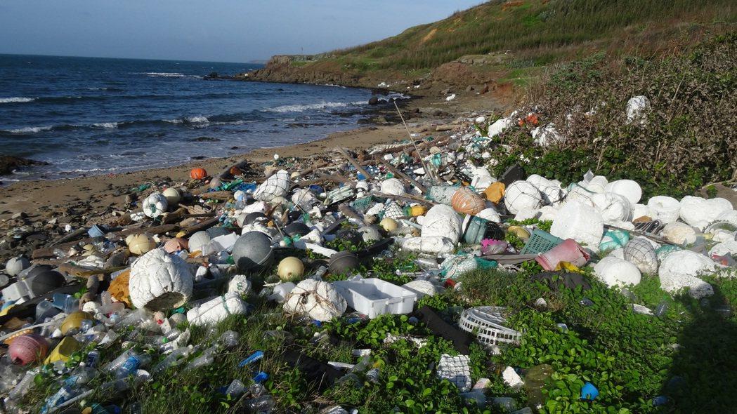 澎湖名列「世界最美麗海灣」,沿海卻常見垃圾,是一大諷刺,圖為西嶼淨灘發現的垃圾。...