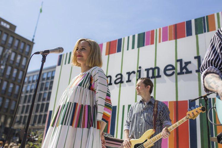 現場也特別請來芬蘭歌手Paula Vesala以「鼓勵勇敢女性」為題,帶來精彩表...