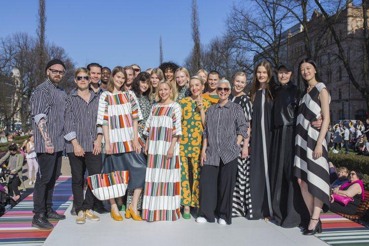 Marimekko於赫爾辛基Esplanade Park舉行年度公開戶外時裝秀。...