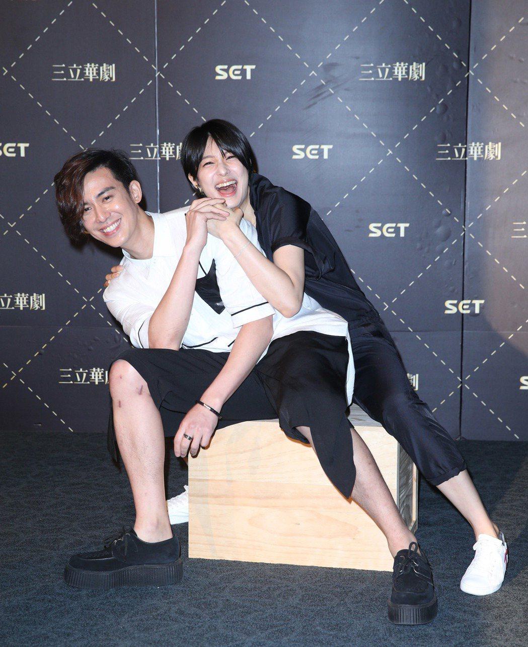 陳楚河與賴雅妍因為拍攝戲劇走紅,舉辦「愛上哥們前進日本」活動,記者會上與粉絲同樂...