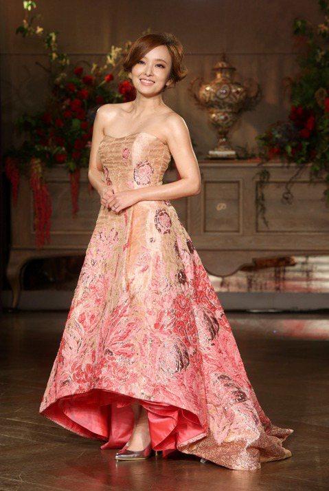 愛紗今天在蘇菲亞婚紗2017春夏禮服發表會上走秀。