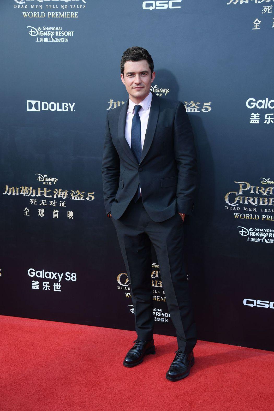電影「神鬼奇航:死無對證」奧蘭多布魯穿著能修飾身型剪裁的PRADA正裝出席。圖/...