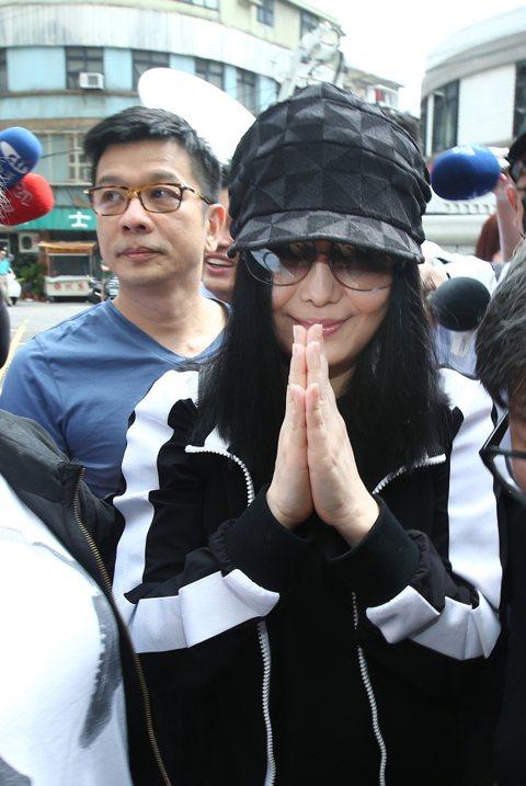 江蕙在經紀人陳子鴻與律師趙文銘陪同下為弟弟遭強盜案出庭作證,面對大批媒體守候只以「謝謝!大家辛苦了!」回應。